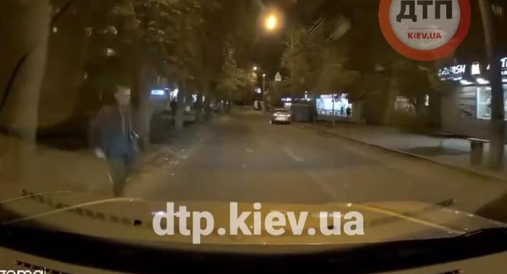 Странное ДТП: пешеход на спор кинулся под колеса автомобиля