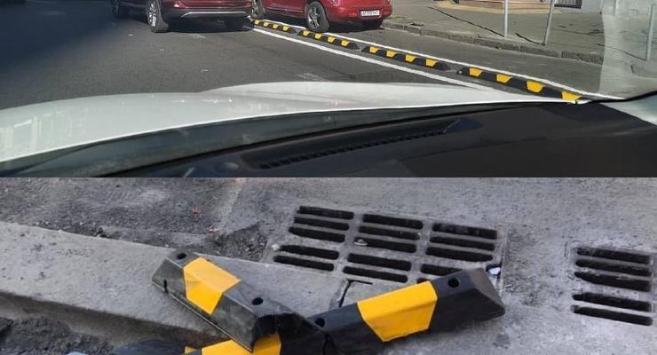 В Киеве водители вырвали ограждение ради парковки на велодорожке: фото